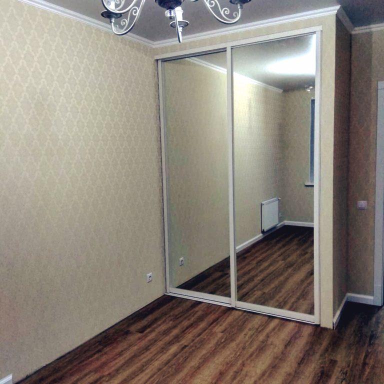 Шкаф-купе зеркальный в спальную комнату