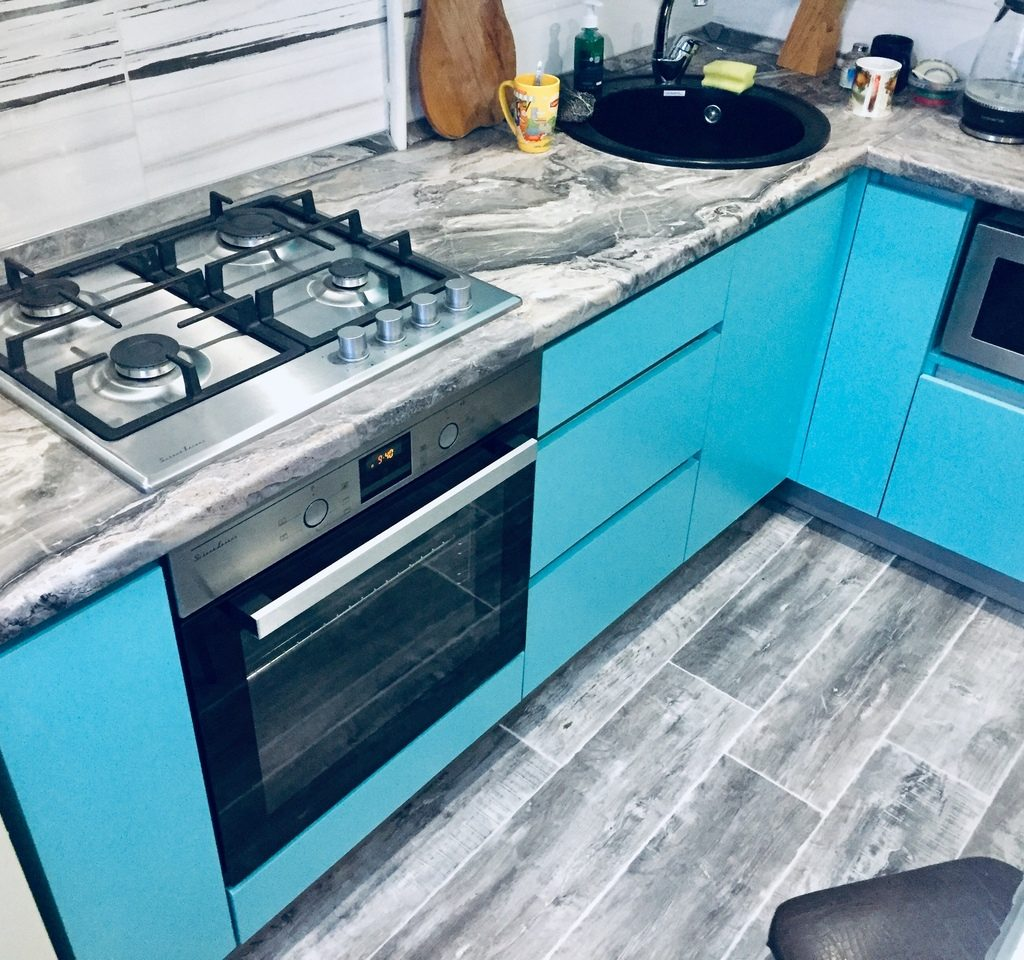 кухонный гарнитур без ручек с профилем Gola