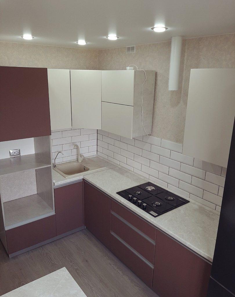кухонный гарнитур в теплых тонах с МДФ фасадами