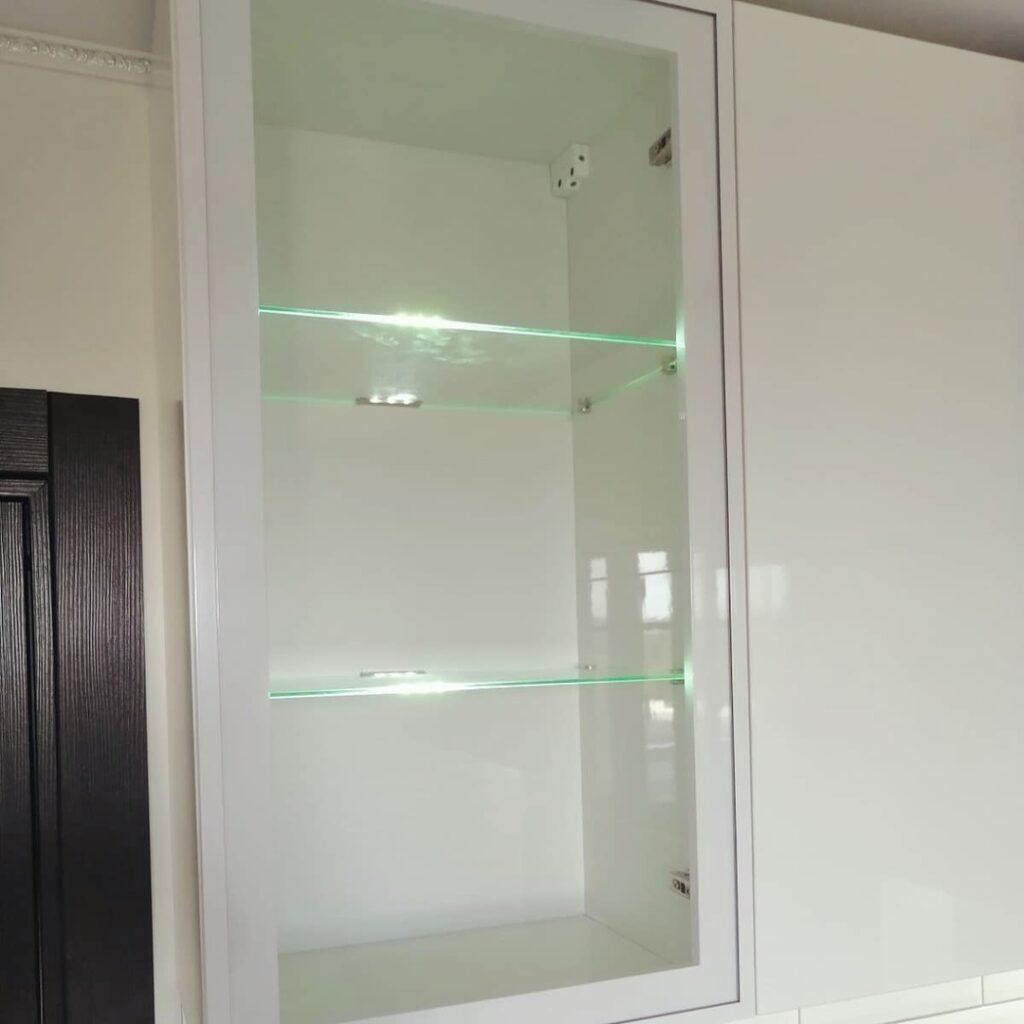 Угловой кухонный гарнитур без ручек с качественной фурнитурой, в белых тонах с элементами натурального дерева в городе Березники.