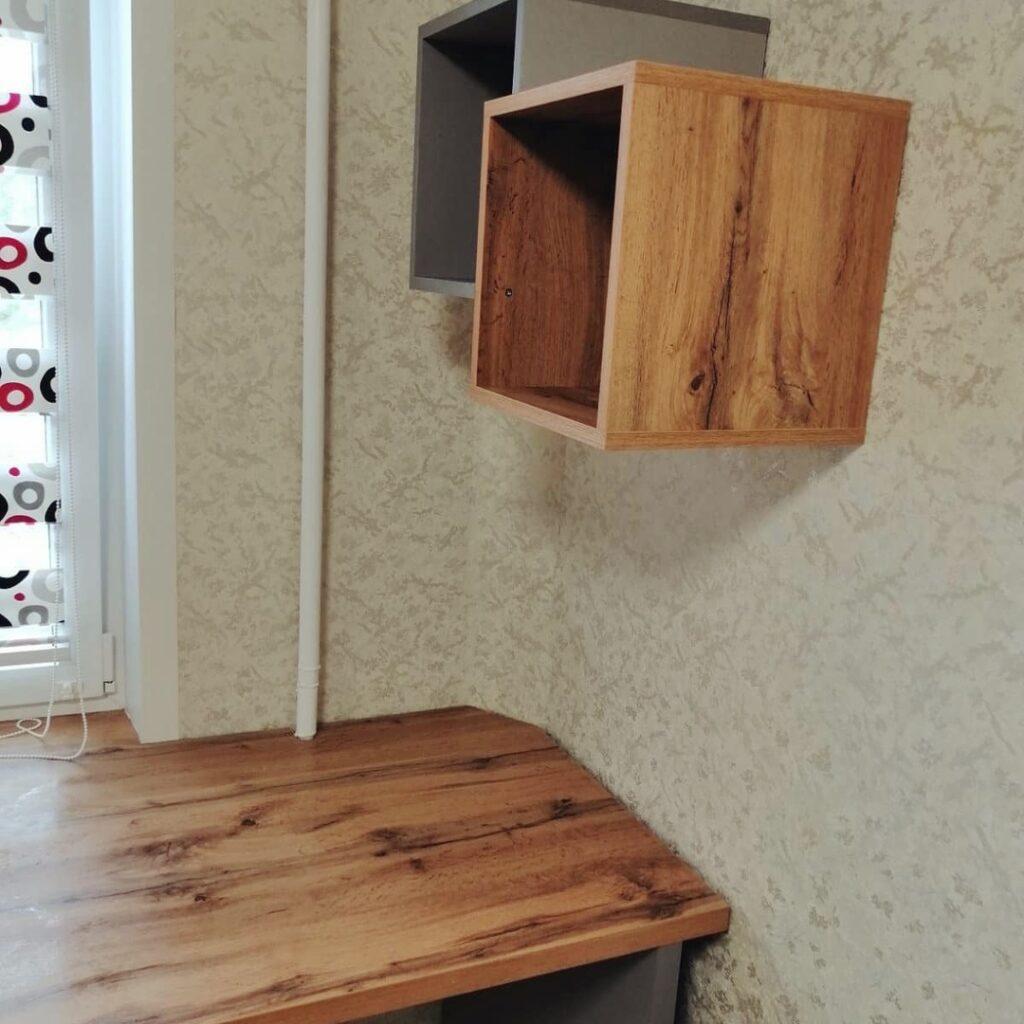 Эксклюзивный стол со стационарной тумбой в детскую комнату